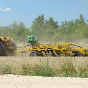 nehéz szántóföldi kultivátor VE-4 munka közben