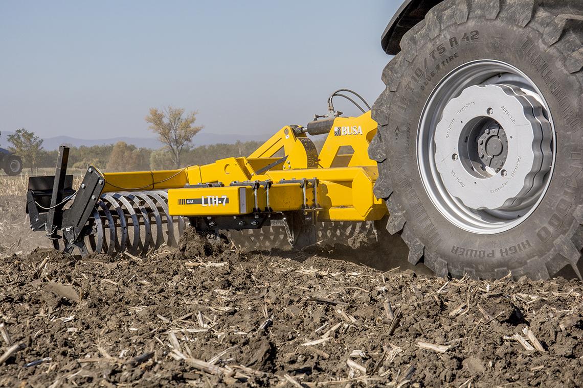 Busa LTH-7 talajlazító nagy átmérőjű szögvas hengerrel